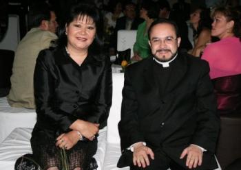 Coral Castillo de Cañedo y Padre Eugenio Lira Rugarcía.  -  - Puebla