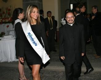El padre Eugenio Lira Rugarcía, llegando al evento.   -  - Puebla