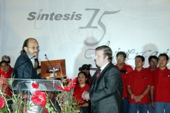 Mariano Morales entregó al hijo de Antonino Fernández Rodríguez, el Ángel de la Esperanza 2007.   ...
