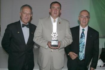 Fernardo García Limón, acompañado de otros congratulados.  -  - Puebla