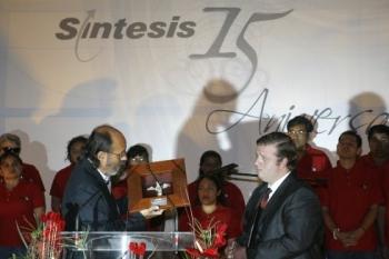 Mariano Morales entrega al ijo de Antonino Fernandez Rodríguez  el angel 2007. -  - Puebla